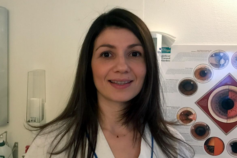 Argyro Kyriazidou, ögonläkare. Hjälper personer som har ögonsjukdomar som grå starr, glaukom samt sjukdomar i gula fläcken.