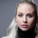 Artisten Mikaela Urbom tvingades sluta med konståkningen som 15-åring och identitetskrisen var ett faktum. Nyligen släppte hon boken Om jag bara vore lite smalare omsin inre kamp med anorexi.