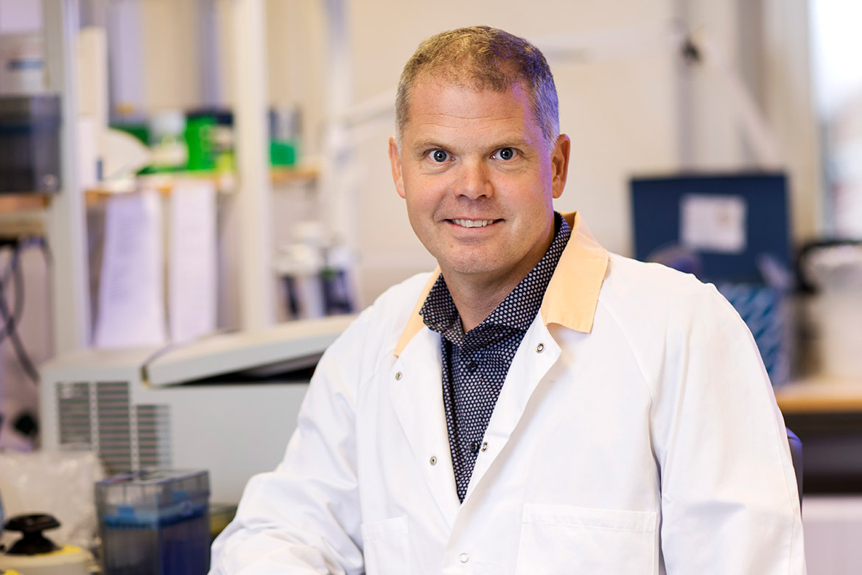Fredrik Bäckhed, som är en av forskningsledarna och som studerar tarmbakteriernas betydelse vid metabola sjukdomar.