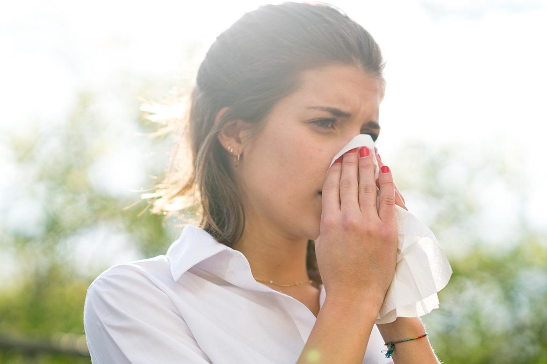 Varje år drabbas många av pollenallergi. Studier visar att var tredje elev i skolan har allergiska besvär som påverkar vardagen, men långt ifrån alla fångas upp av vården.